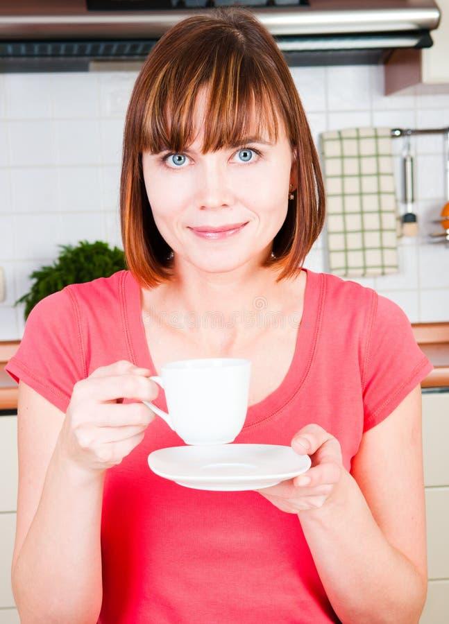 чашка наслаждаясь детенышами женщины стоковая фотография rf