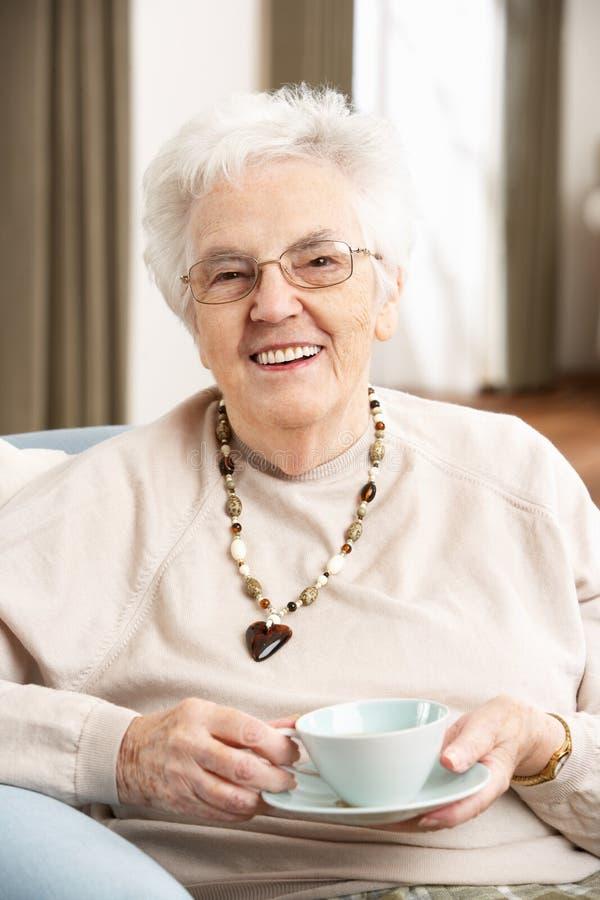 чашка наслаждаясь старшей женщиной чая стоковые фотографии rf