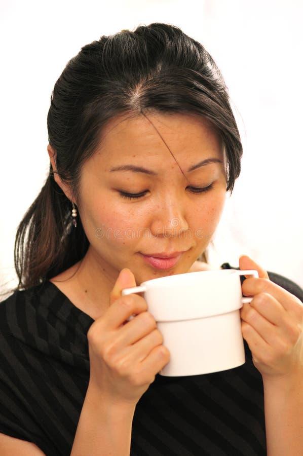 чашка наслаждаясь чаем стоковое изображение rf