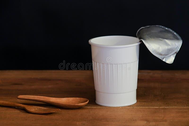 Чашка натюрморта открытая белая на черноте стоковые фотографии rf