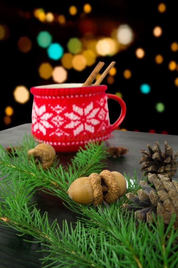 Чашка на предпосылке рождества на деревянном столе стоковое изображение rf