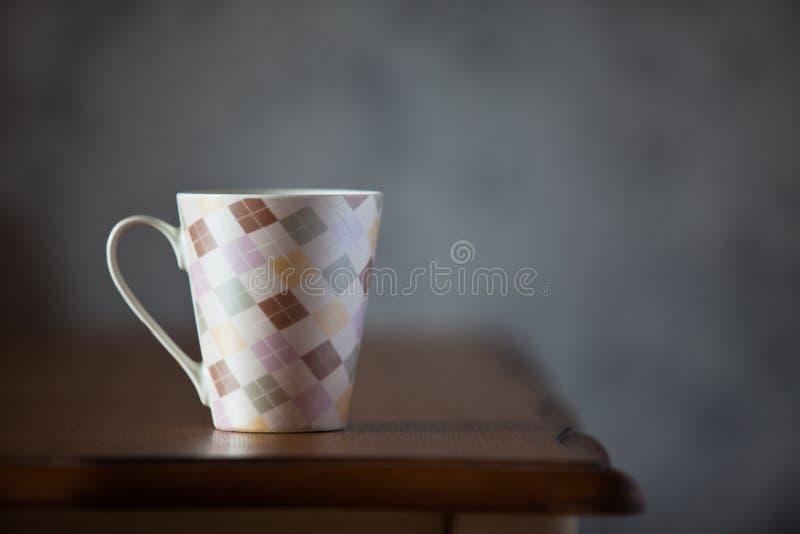 Чашка на таблице стоковые фото