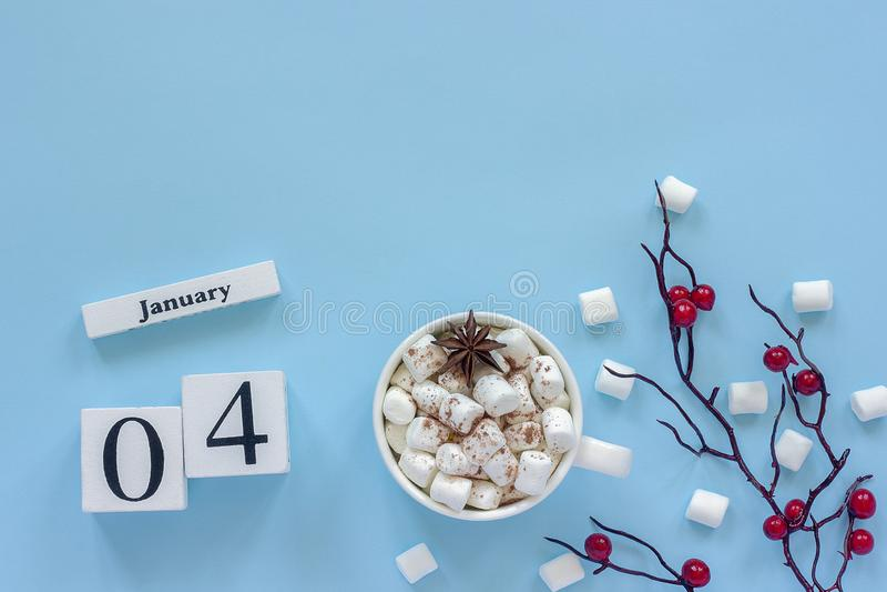 Чашка 4-ое января календаря какао, зефиров и ягод ветви стоковое изображение