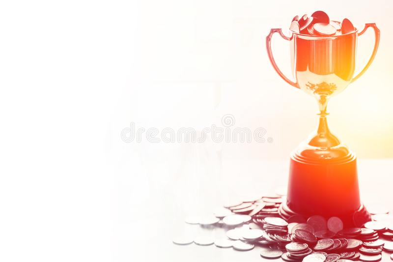 Чашка победителя с наградой денег монетки стоковое изображение rf