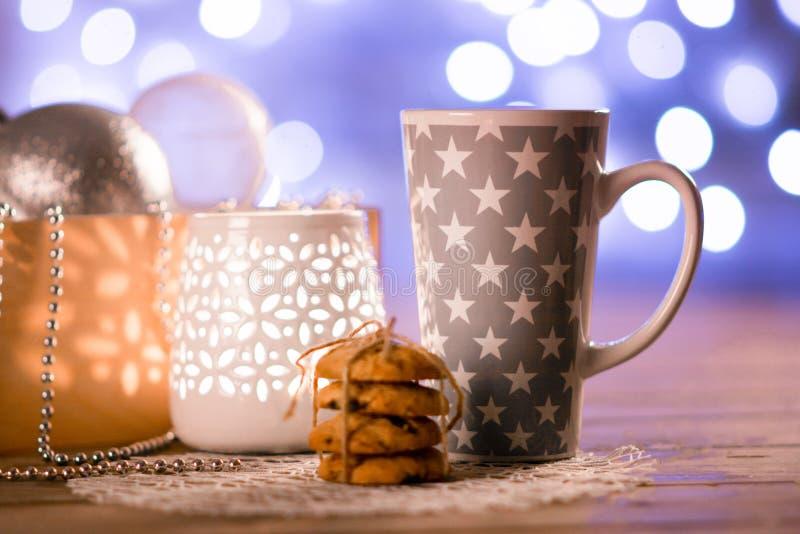 Чашка, подсвечник, печенья и игрушки рождества стоковые фото