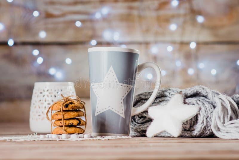 Чашка, подсвечник, шарф и печенья стоковое изображение rf