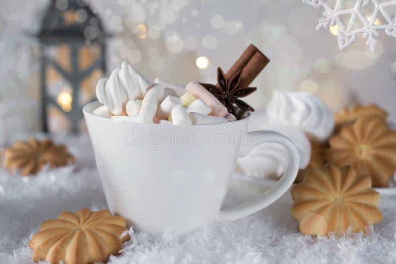 Чашка праздника какао с зефиром или кофе с специей и домашними печеньями стоковые фото
