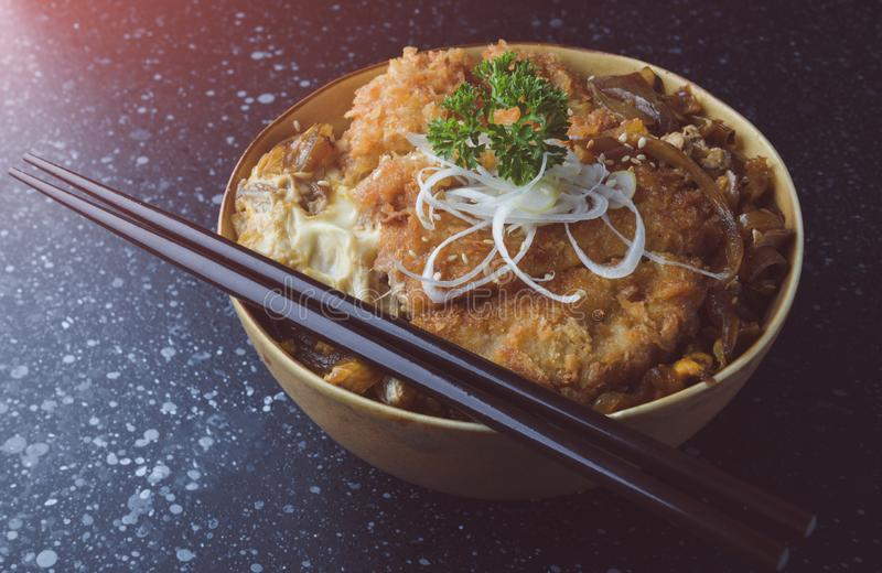 Чашка риса с глубокими зажаренными свининой или katsudon стоковые изображения