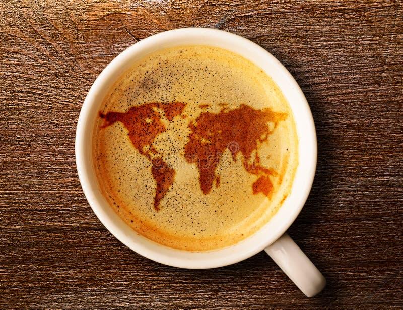 Чашка свежего эспрессо на таблице стоковое изображение