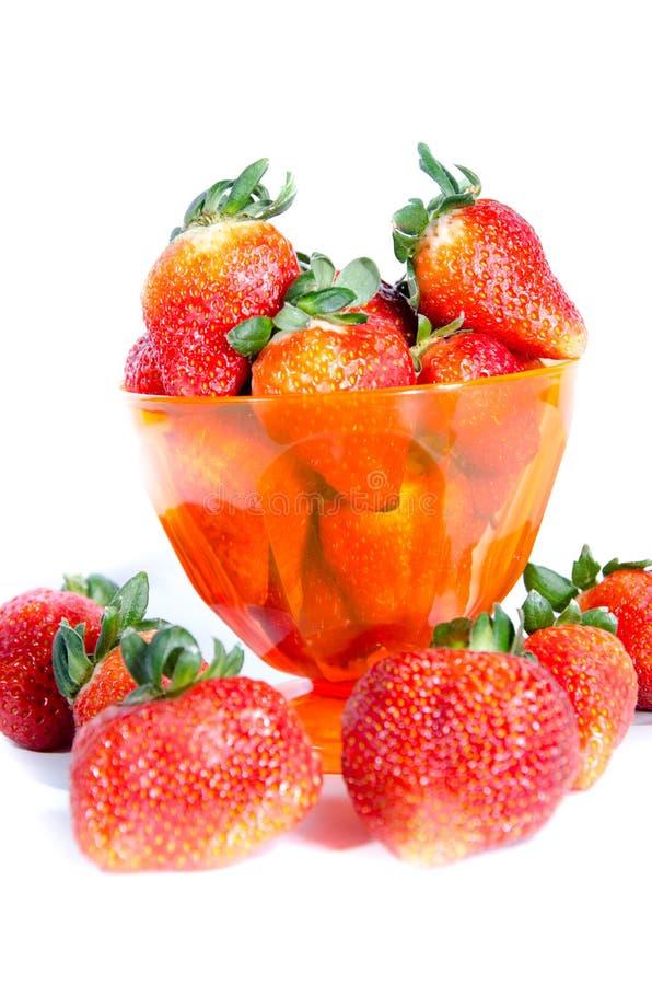 чашка свежей сладкой красной клубники стоковое фото