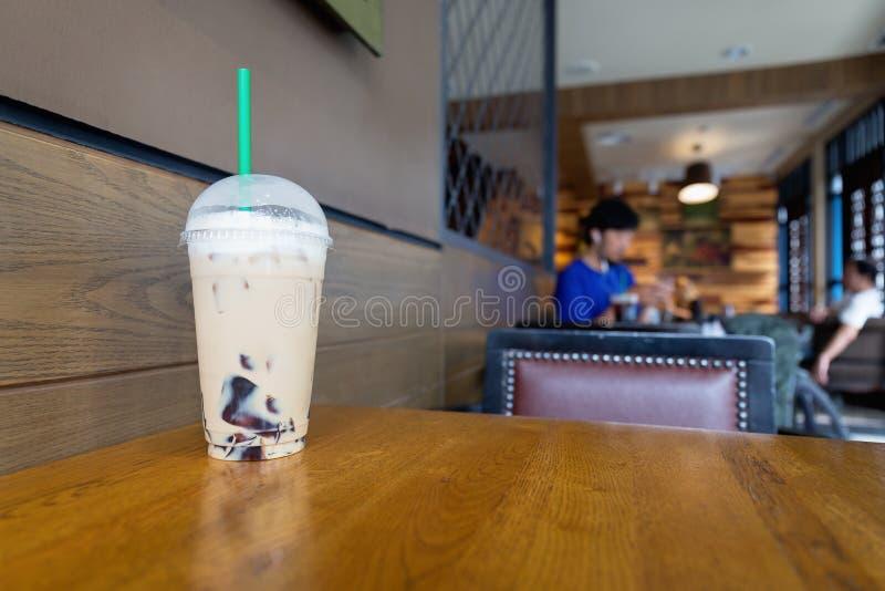 Чашка смешивания кофе капучино льда с отбензиниванием студня графа серым стоковая фотография rf
