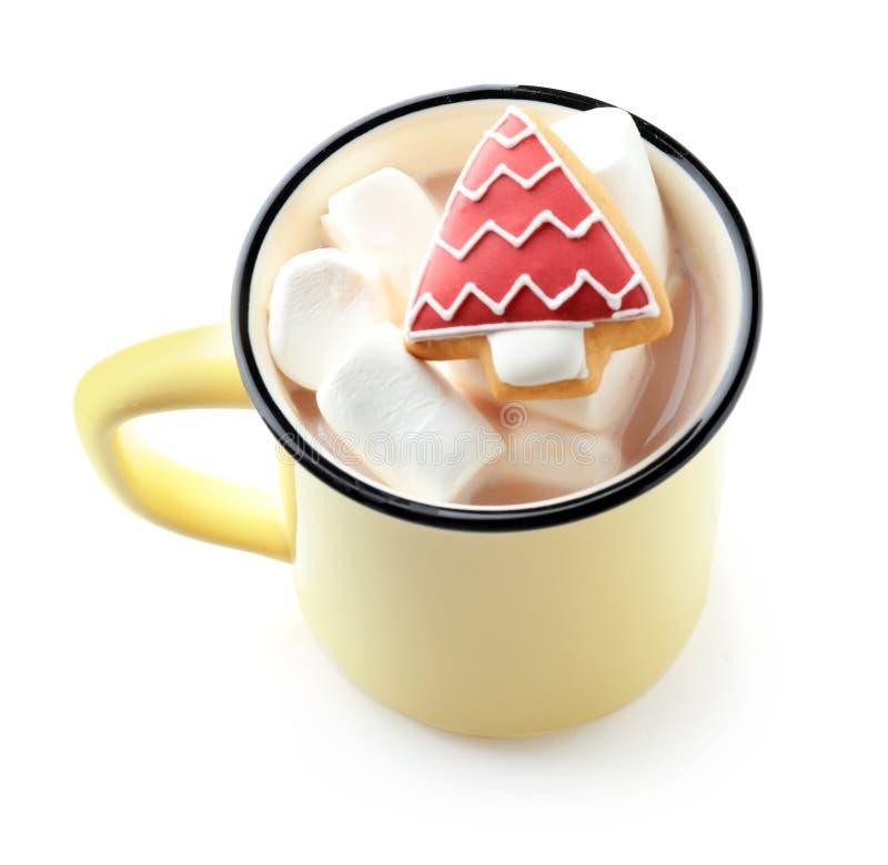 Чашка с вкусными какао, зефирами и пряником на белой предпосылке стоковая фотография rf