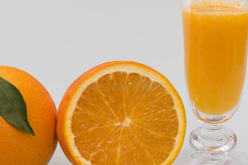 Чашка с естественным апельсиновым соком стоковое изображение