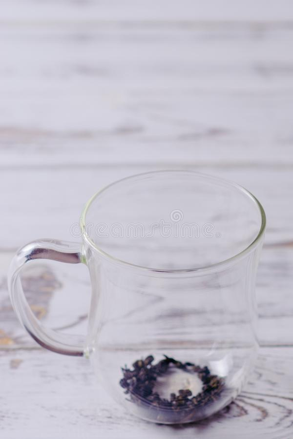 Чашка с зеленым чаем и чайник на белой предпосылке деревянного стола над светом стоковая фотография rf