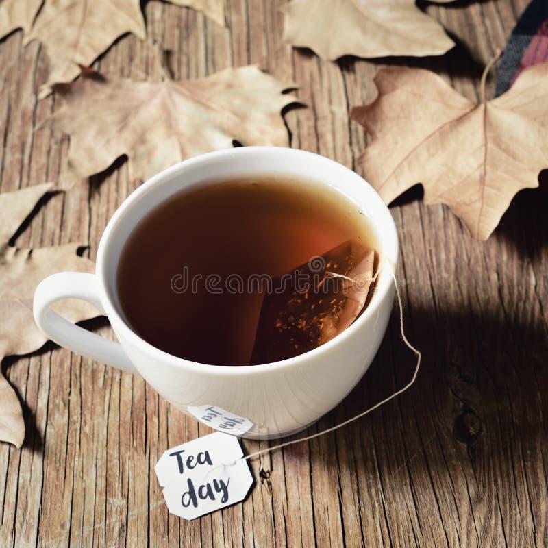 Чашка с днем чая и чая текста стоковые фото