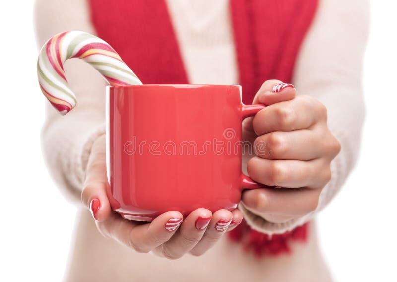 Чашка с питьем в руке Конец-вверх стоковые изображения