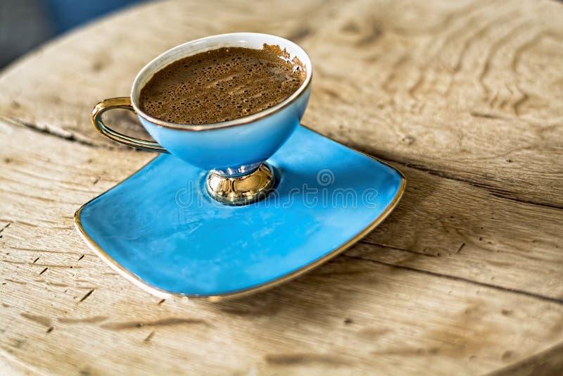 Чашка турецкого кофе на деревянной предпосылке стоковое фото