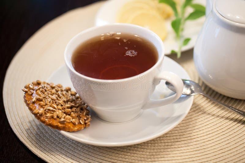 Чашка чаю и аксессуары стоковое изображение rf
