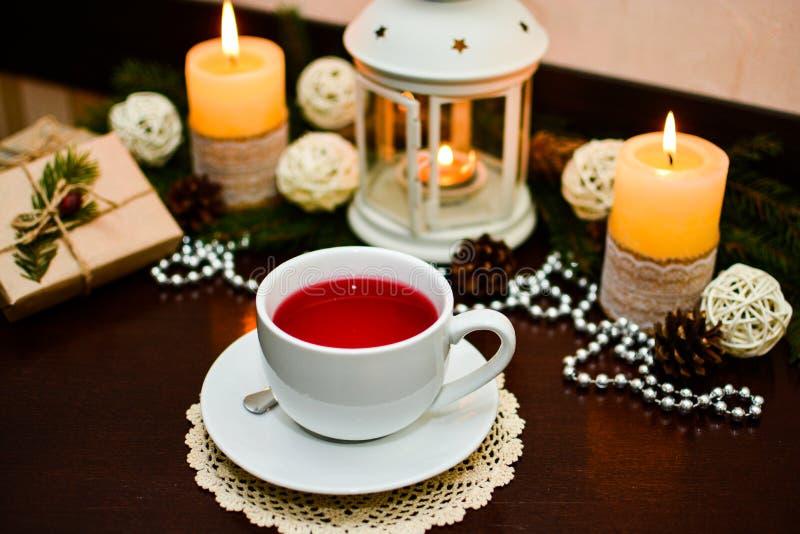 Чашка чаю на таблице в кафе Украшение для рождества стоковые изображения