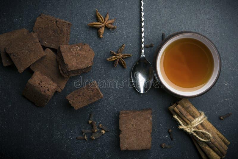 Чашка чаю с зефиром и специей шоколада стоковые изображения