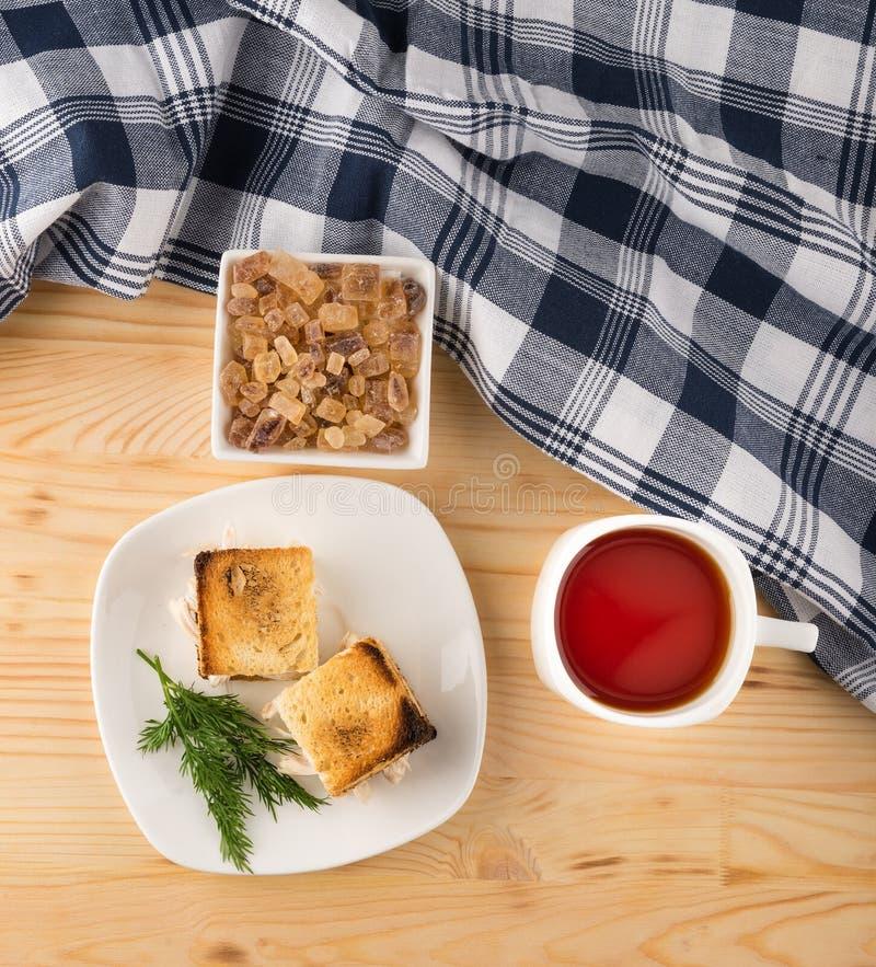 Чашка чаю с мини сандвичем здравицы цыпленка стоковое фото