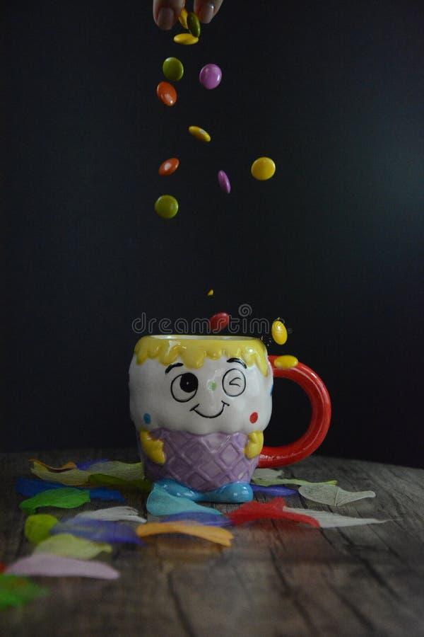 Чашка чаю с сердцами на предпосылке стоковое фото