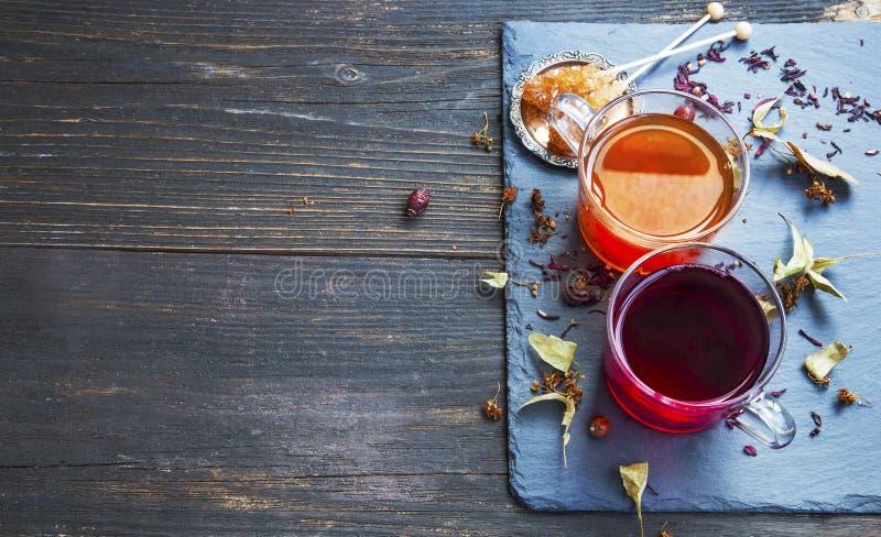 Чашка чая гибискуса и плода шиповника красная с высушенными листьями и плодоовощ чая стоковые изображения