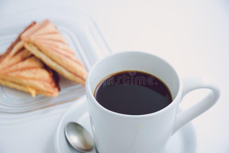 Чашка черного горячего кофе Белая предпосылка стоковые изображения rf