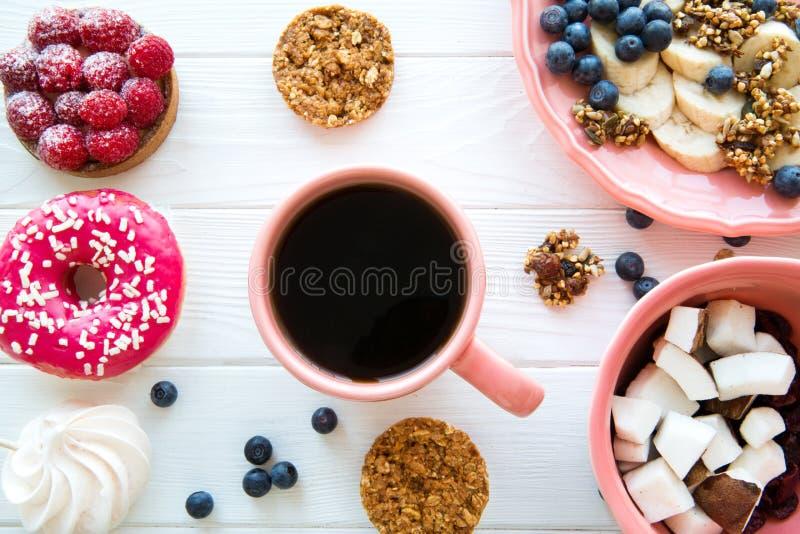 Чашка черного кофе и здоровых закусок на белом деревянном столе, взгляде сверху стоковые фотографии rf