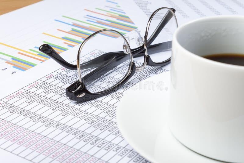 Чашка черного кофе и зрелищ на столе бухгалтера стоковая фотография rf