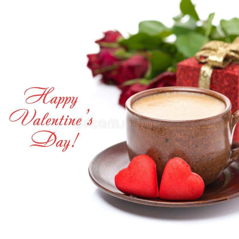 Чашка черного кофе, красной конфеты, подарка, роз на день валентинки стоковые фото