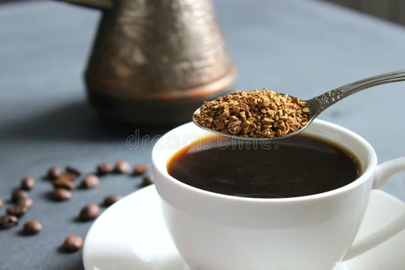Чашка черного кофе на таблице, букете красных роз стоковые изображения rf