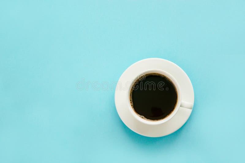 Чашка черного кофе с молоком на сини изолировано Взгляд сверху стоковые фото