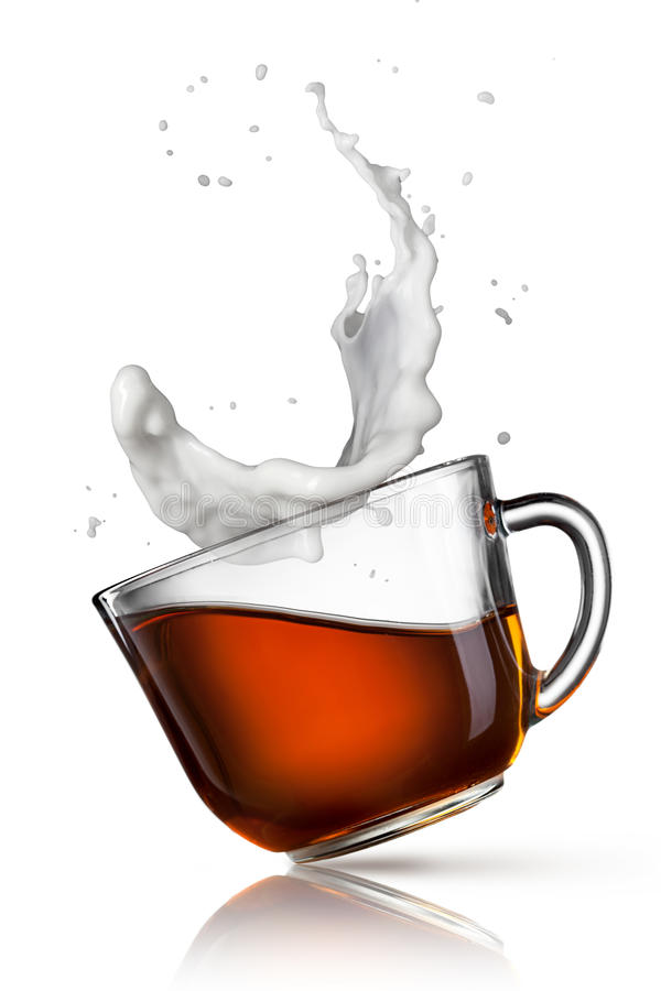 Чашка черного чая с выплеском молока стоковая фотография rf