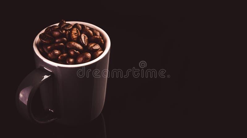 Чашка эспрессо Брауна с кофейными зернами изолированными на черной предпосылке стоковые изображения rf