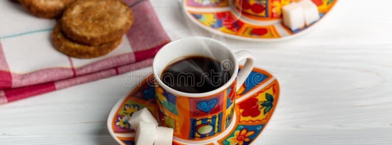 Чашка эспрессо с biscotti Деревенская белая деревянная предпосылка стоковое фото