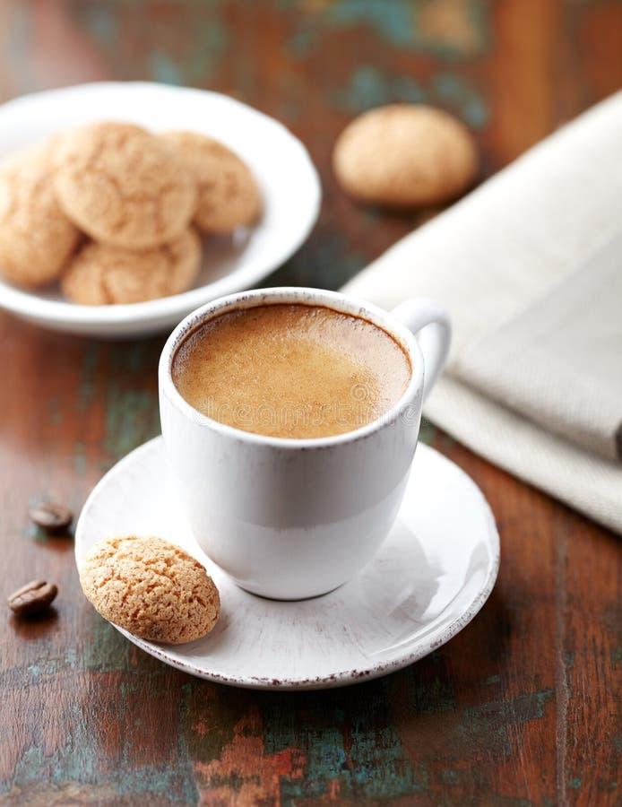 Чашка эспрессо с biscotti стоковая фотография