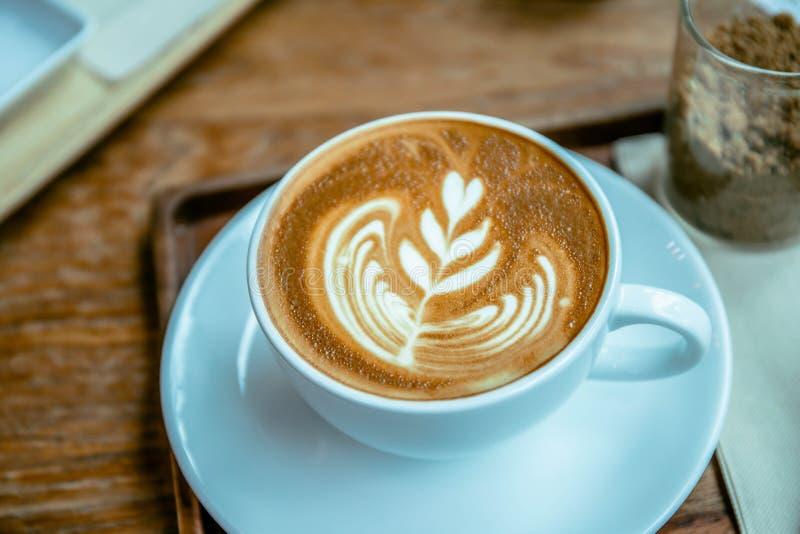 Чашка latte ароматности кофе в деревянном стиле кафа таблицы стоковая фотография rf