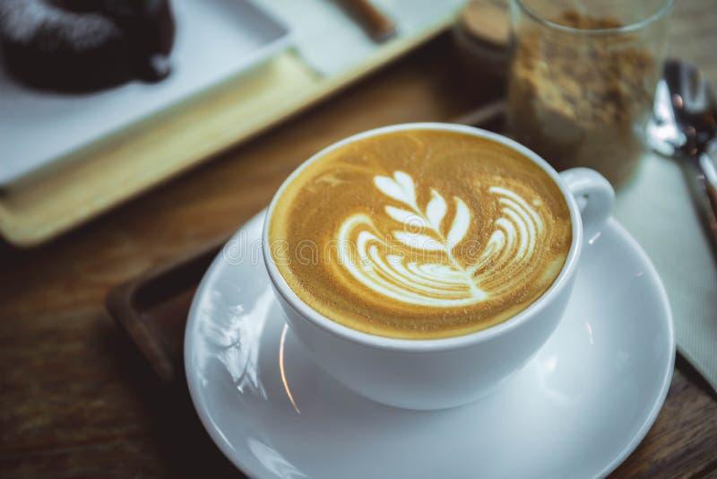 Чашка latte ароматности кофе в деревянном стиле кафа таблицы стоковые фотографии rf