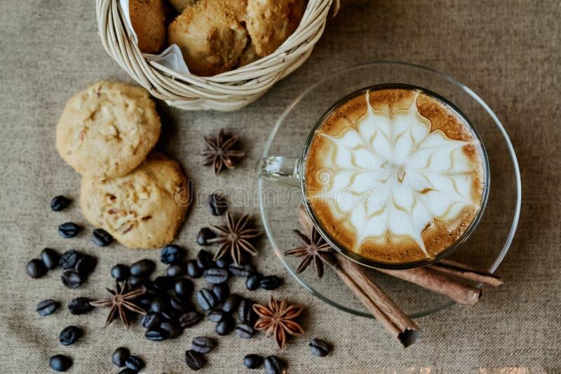 Чашка latte кафа с кофейными зернами стоковая фотография