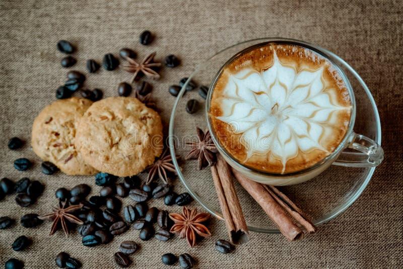 Чашка latte кафа с кофейными зернами стоковые фотографии rf