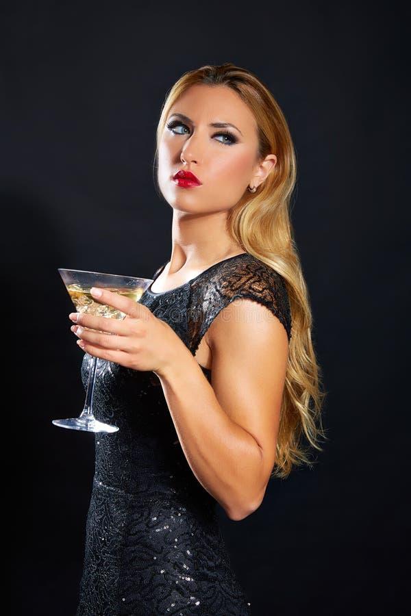 Чашка vermout белокурой женщины моды выпивая стоковые изображения rf