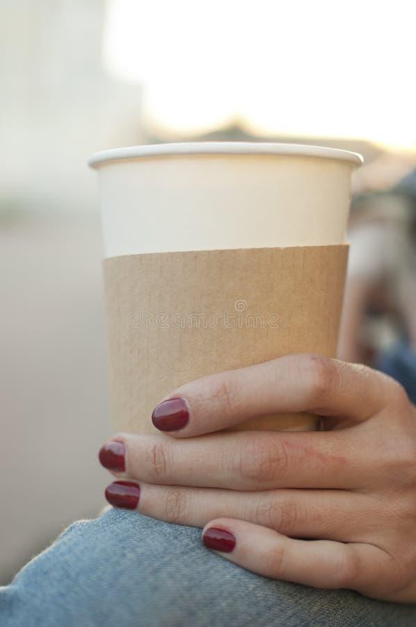 Чашка whits руки женщин стоковые фотографии rf