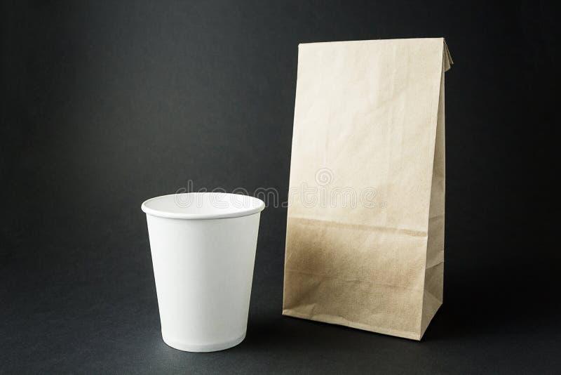 Чашки белой бумаги и пакуя сумка от повторно использованного бумажног стоковая фотография rf