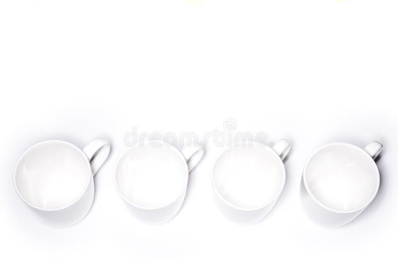 чашки выравнивают белизну стоковые фото