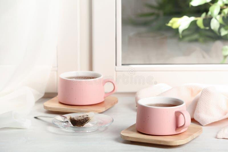 Чашки горячего чая с деревянными каботажными судн стоковое изображение rf
