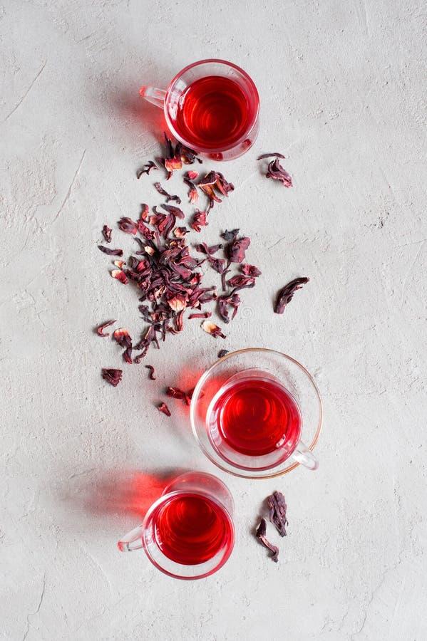 Чашки дерева стеклянные чая гибискуса стоковые фотографии rf