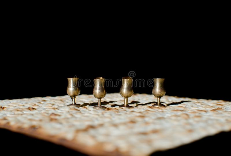 4 чашки и matzah вина миниатюрных для еврейской еврейской пасхи стоковые фото