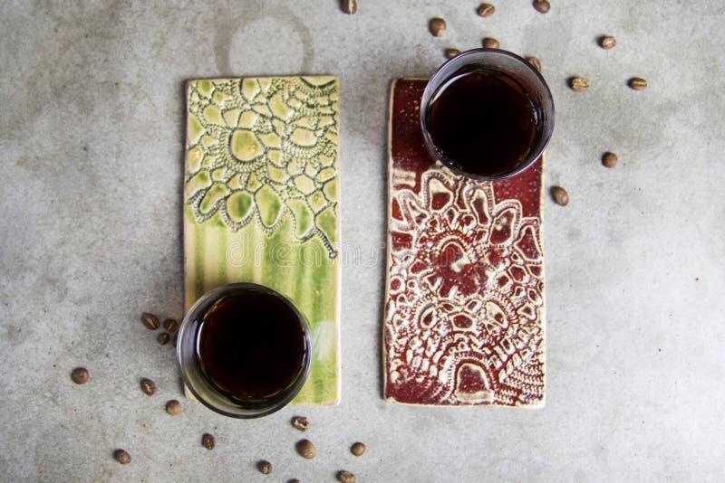 2 чашки кофе на стойках покрашенных фарфором стоковые фотографии rf