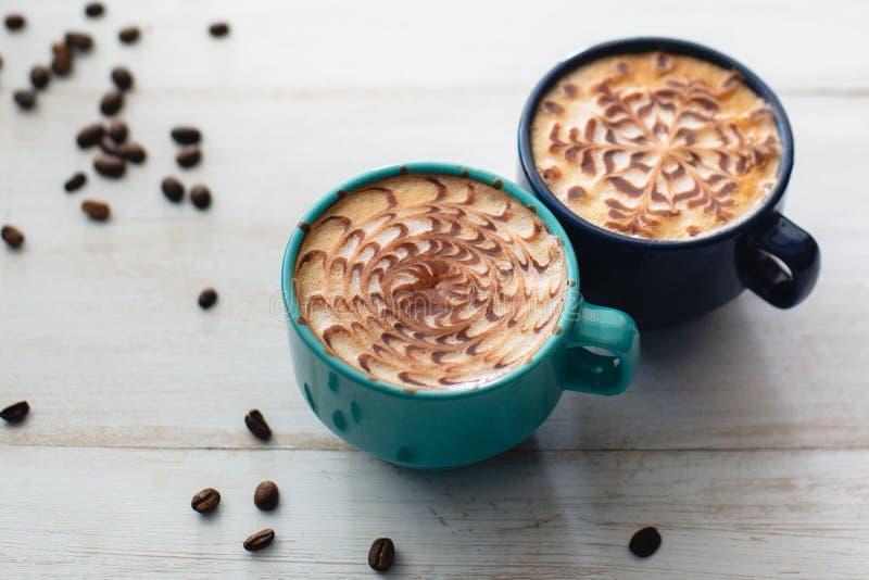 2 чашки кофе окруженной зерном кофе стоковая фотография rf